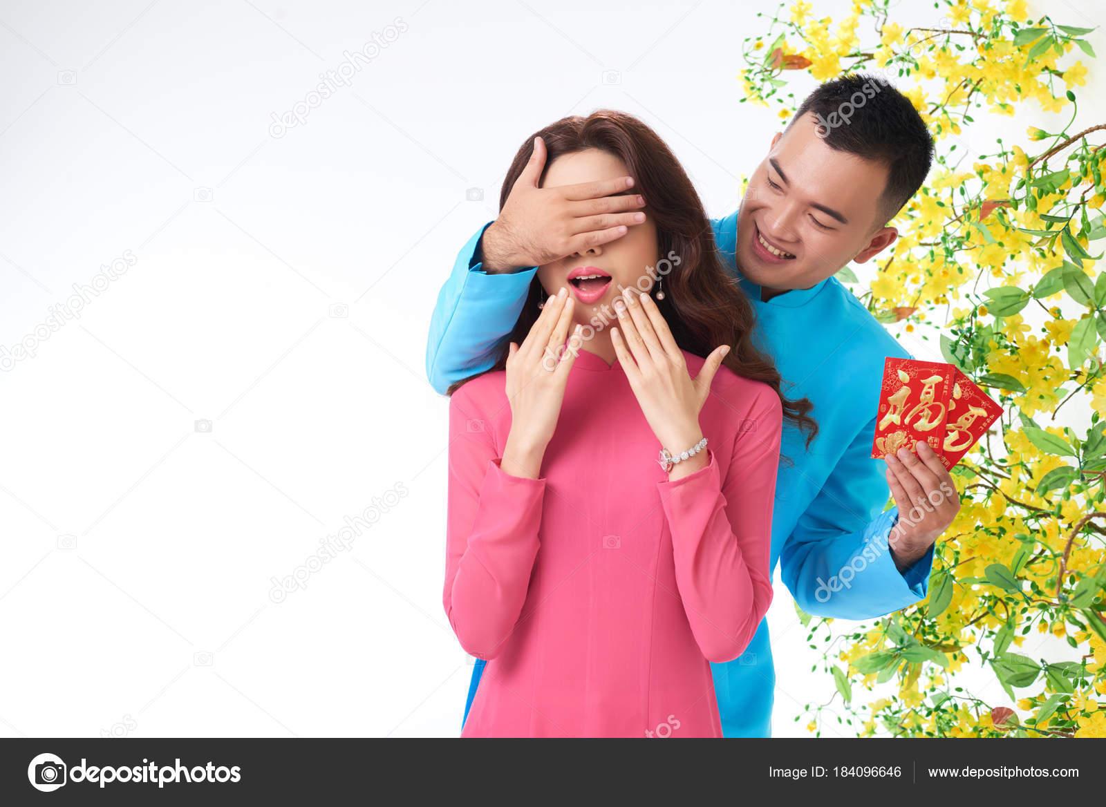 Hombre Joven Asiático Haciendo Sorpresa Para Novia Año Nuevo Chino ...