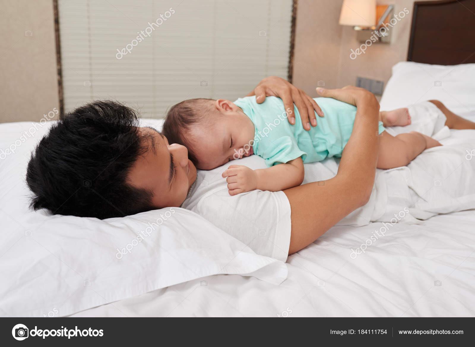 Kleine Unschuldige Baby Schlafen Auf Der Brust Des Vaters
