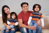 Fényképek Boldog filippínó család négy ülő-on dívány