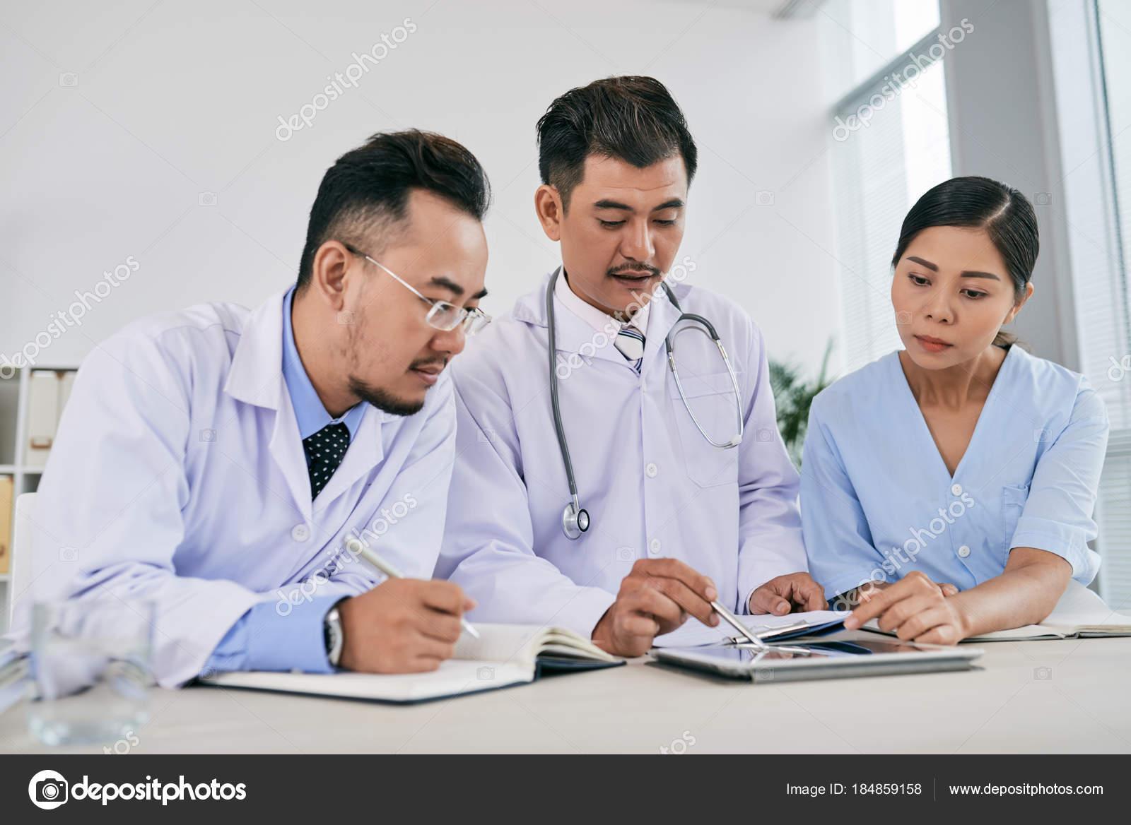 Asian Medical Team Reading Medical History Make Diagnosis — Stock Photo