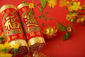 Fotografie Nahaufnahme des chinesischen Feuerwerkskörper mit besten Wünschen Inschrift und Gold Barren