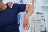 Muž s rehabilitační terapie v nemocnici