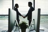 Fotografie Geschäftspartnern Händeschütteln vor Sitzung im Büro
