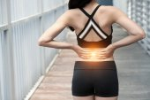 Pohled zezadu na atletka trpí bolestí zad