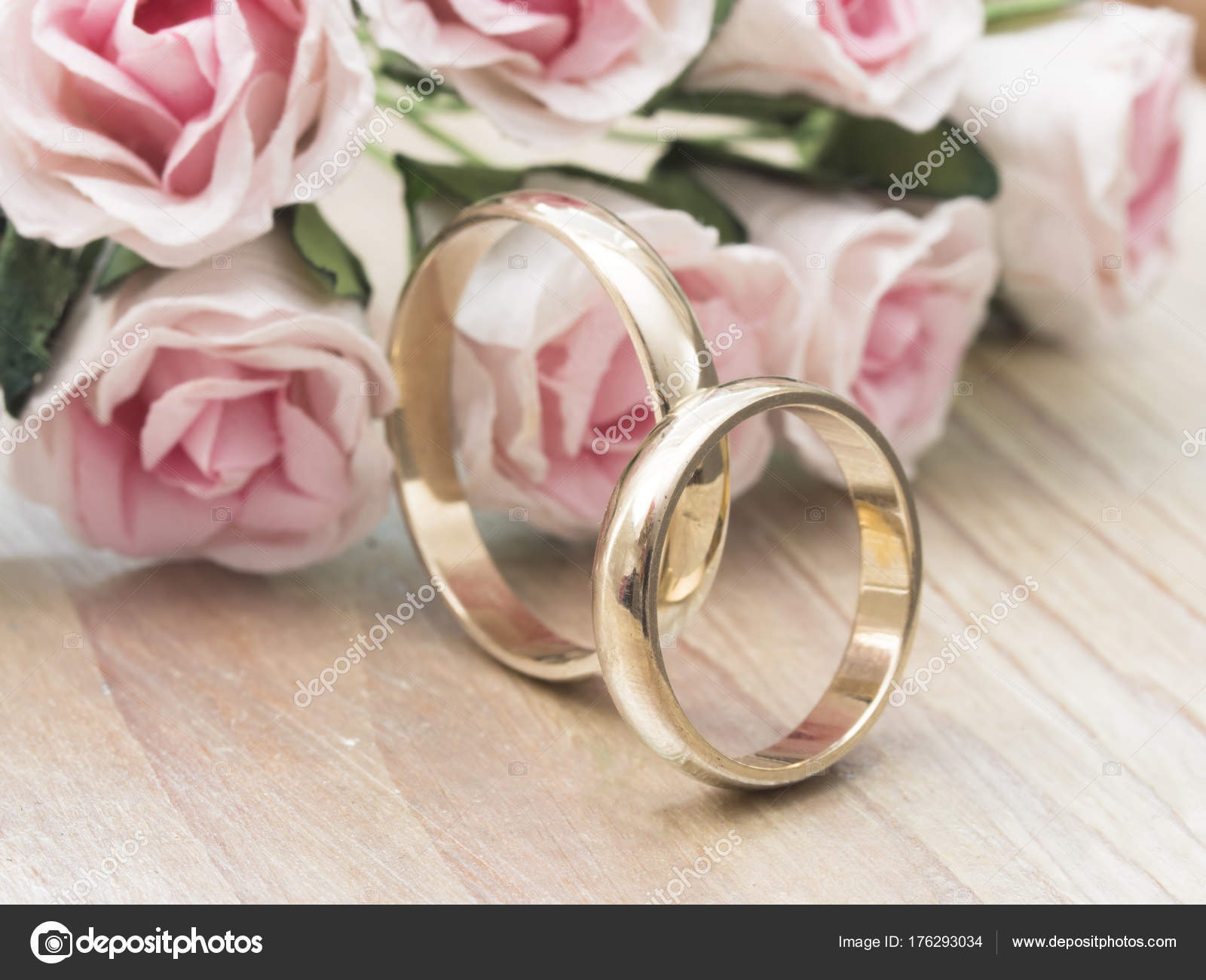 Golden Wedding Rings Beautiful Decoration — Stock Photo © vesnac ...