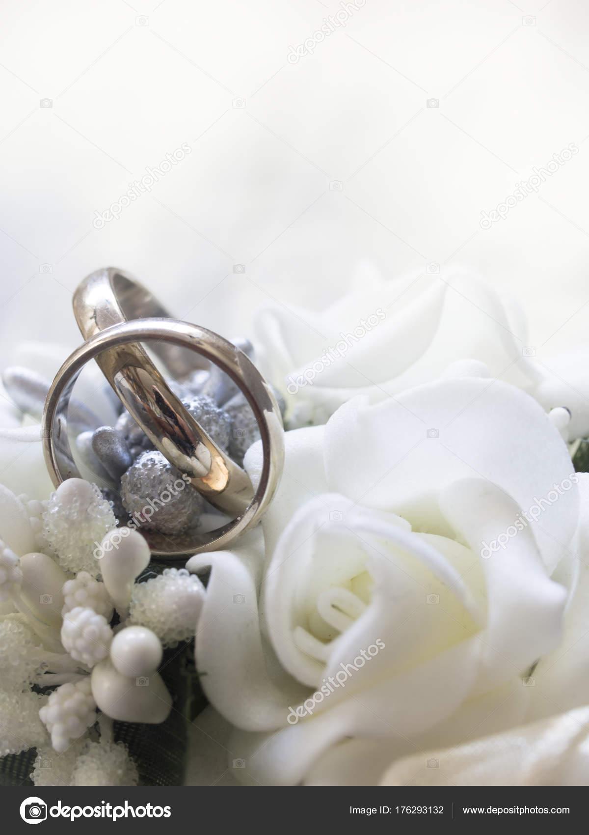 Goldene Hochzeit Ringe Mit Schoner Dekoration Stockfoto C Vesnac