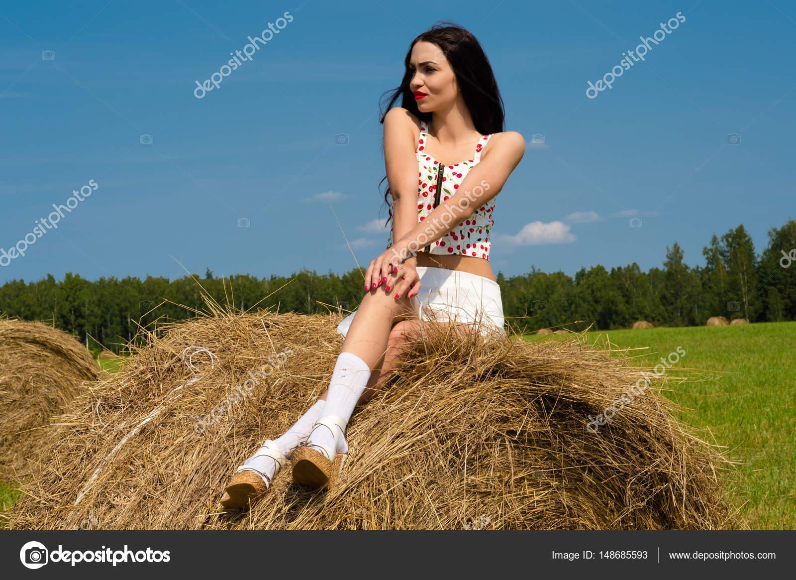 Сексуальная девушка спит на сеновале