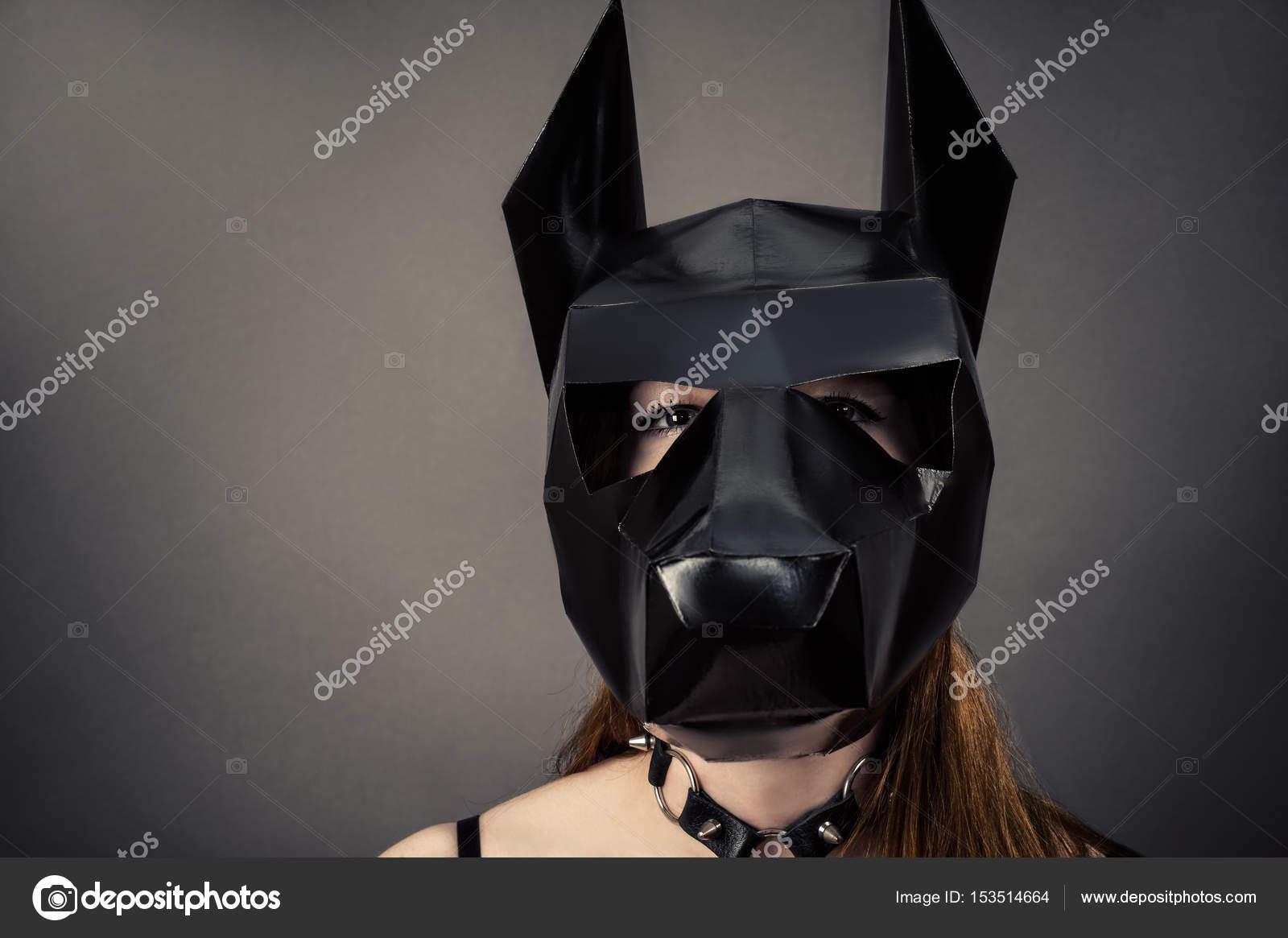 Kendi elleriyle köpek maskesi