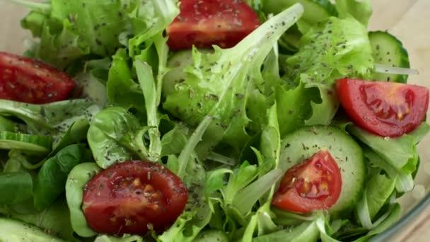 Čerstvá zelenina. Salát z rajčat, cucumbars, salát v desce