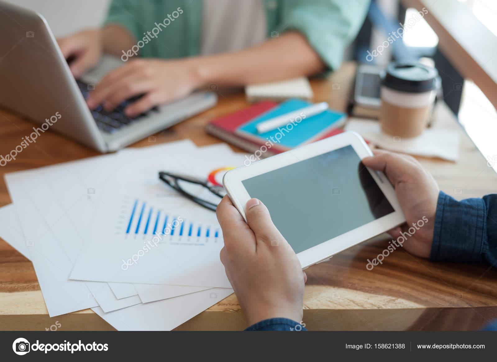 Homme asiatique à laide de tablet pc dans le bureau u2014 photographie