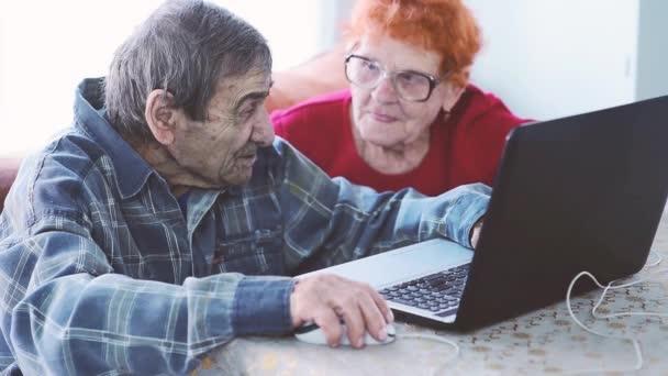 Ein älteres Paar beherrscht die sozialen Netzwerke. Rentner kommunizieren mit ihren Verwandten und Freunden auf einem Laptop unter Bedingungen der Selbstisolierung. Glückliche Senioren machen Selfies
