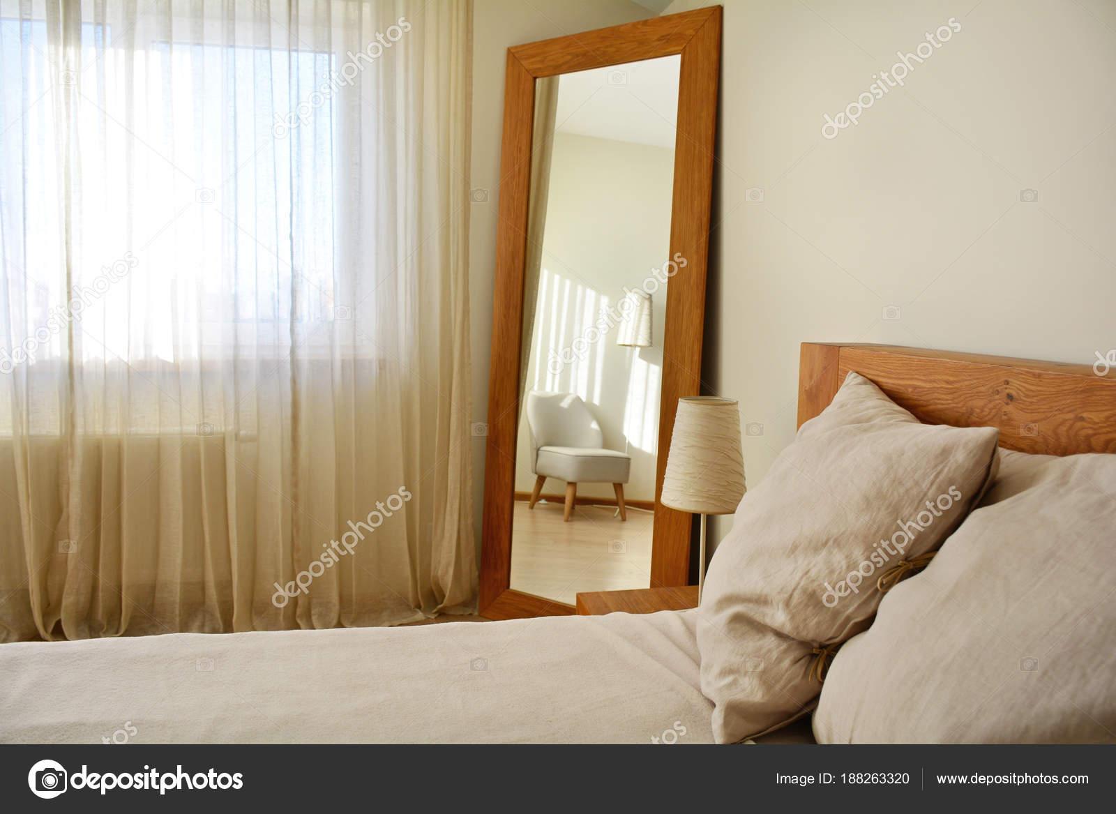 moderne slaapkamer interieur met natuurlijke eiken houten meubelen stockfoto