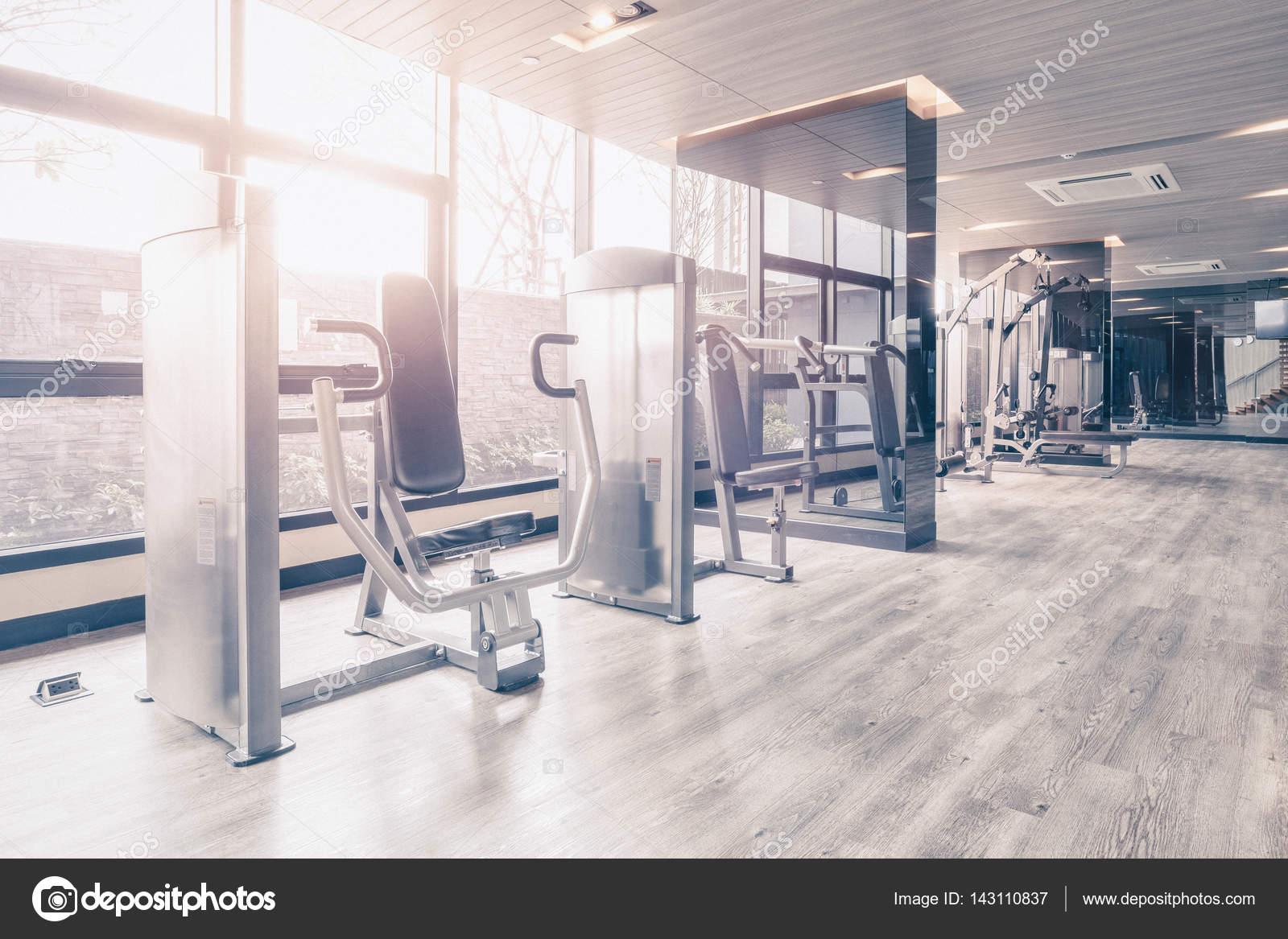 Fitnessraum modern  Fitnessraum mit modernen Sportgeräten. Fitness-Studio ist ein ...