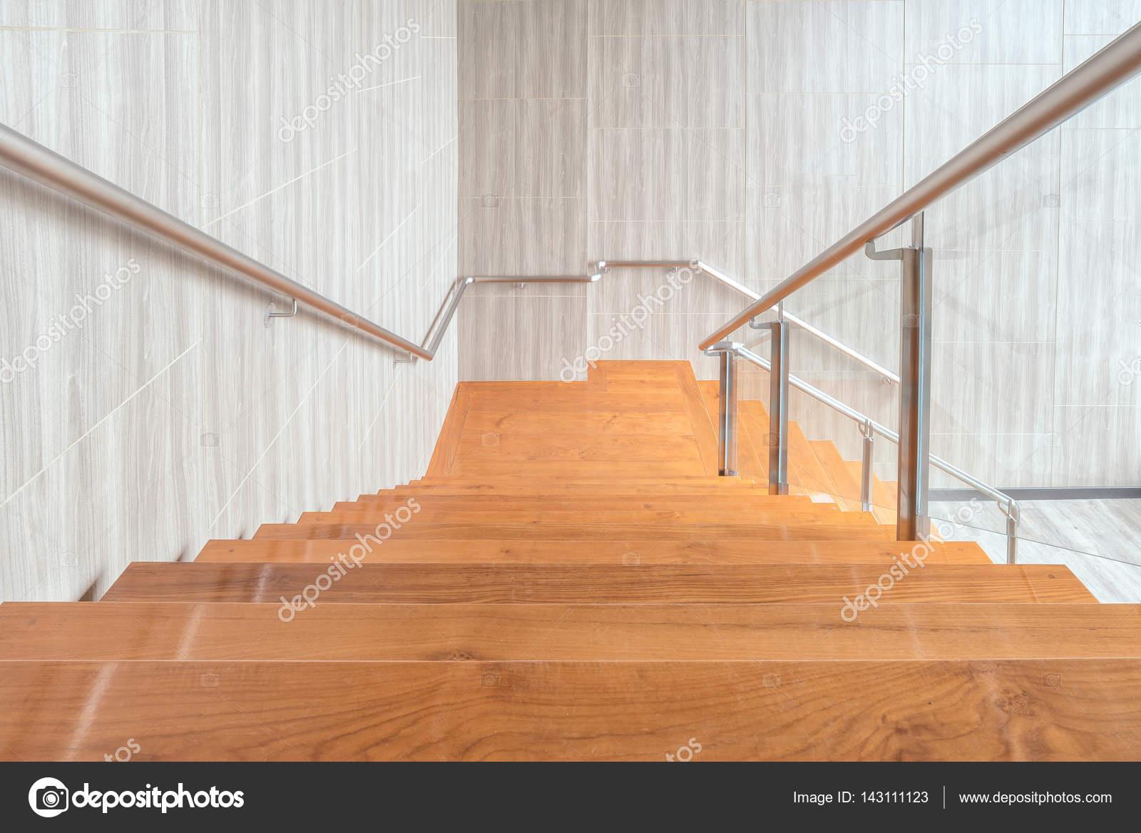 Moderne ruimte van het interieur van de houten trap in modern