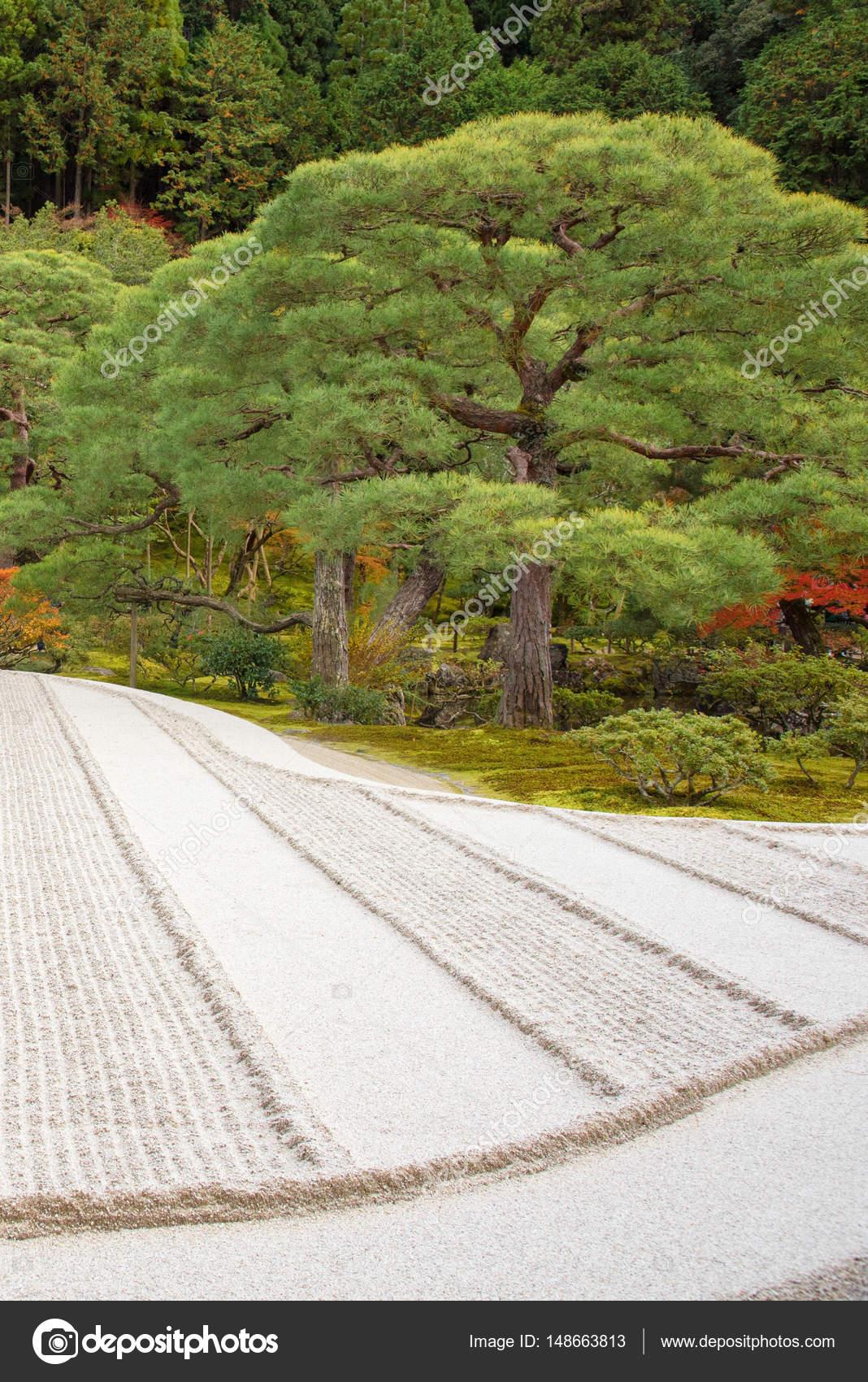 Pierre Pour Jardin Zen pierre de jardin de méditation zen japonais dans le sable de lignes