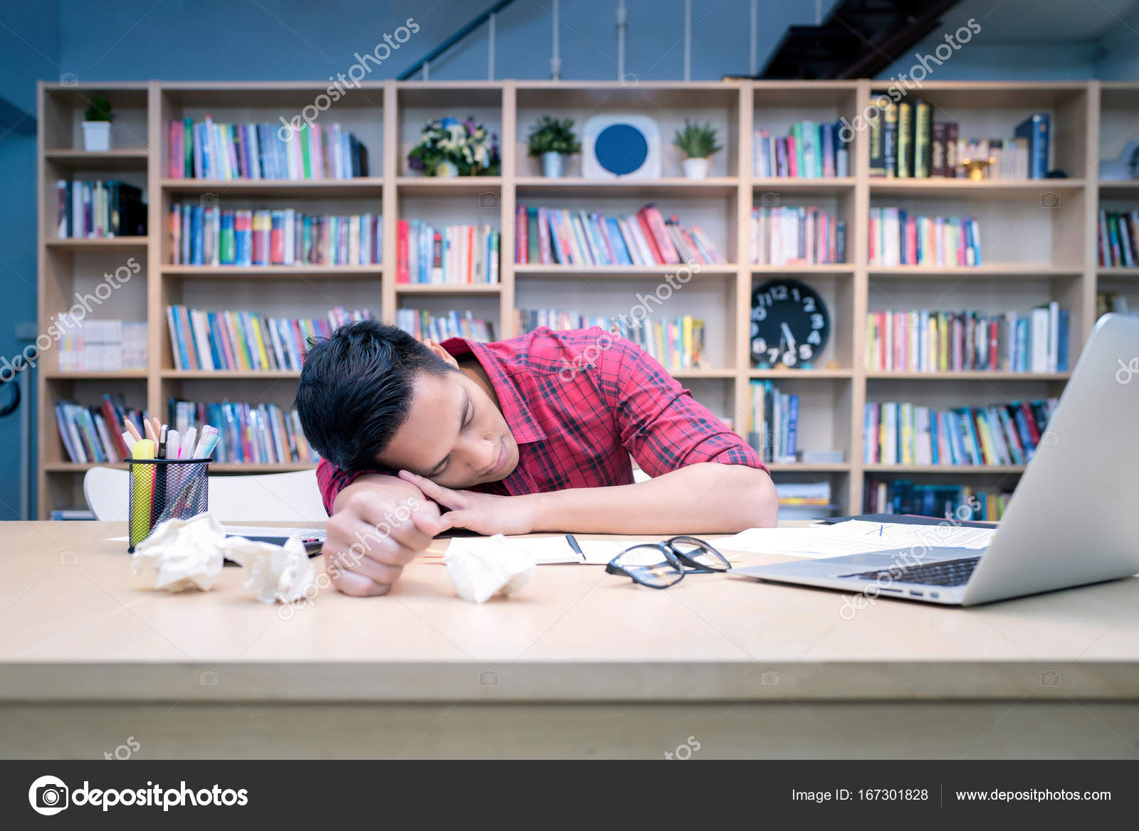 Entrepreneur de la jeune entreprise dormir après le stress au