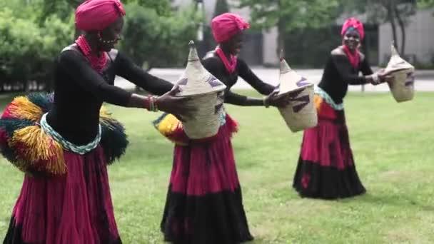 Tři ženy v Africe tanec lidový tanec v traditio.costumes s kabáty, sukně
