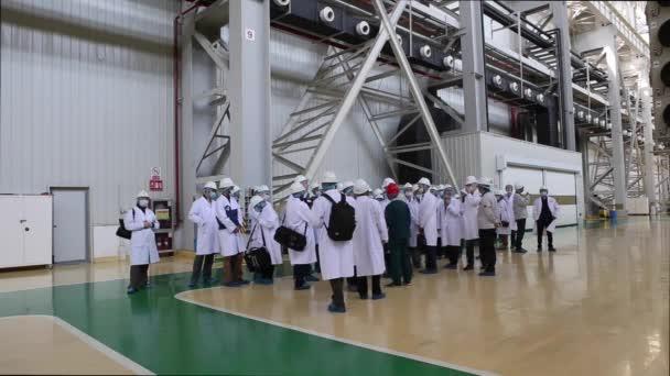 Exkurze do továrny v Shaghai, Čína 4 Dec. 2017, lidé v bílých rouchách projít továrnu workshop, který dělá transformátory