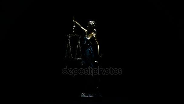 Lady igazságügyi gyrating felett fekete háttér