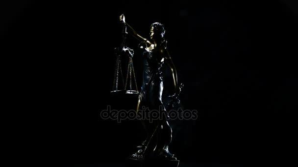 Lady igazságszolgáltatás forgatás alatt fekete háttér füst szál