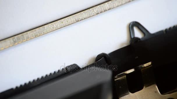 Egy régi kézi írógéppel a gépelés Admitted