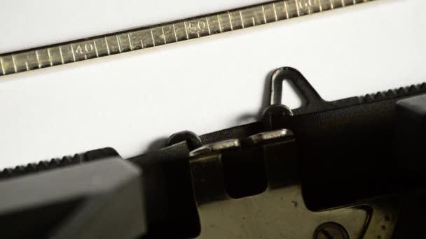 Zadáte slovo, kde s otazníkem se starou ruční psací stroj