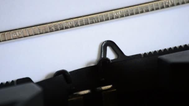 Zadáte slovo zpráva s staré ruční psací stroj
