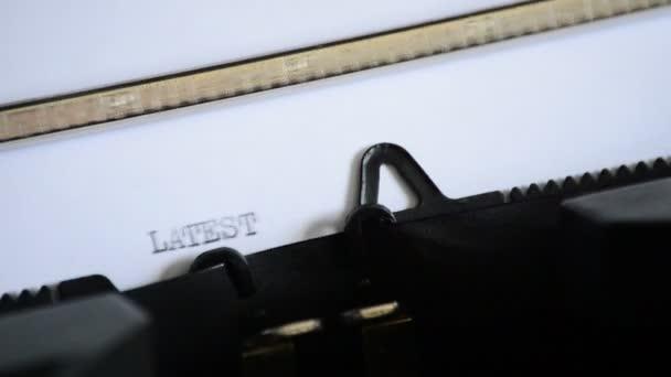 Zadání výrazu nejnovější zprávy s staré ruční psací stroj
