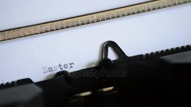 Den Ausdruck Ostergrüße mit einer alten manuellen Schreibmaschine schreiben