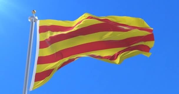 A Catalonia zászló integet a kék ég, szél hurok