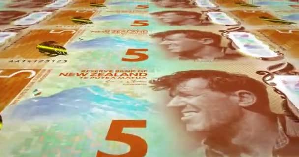 Le banconote da cinque dollari della Nuova Zelanda di rotolamento, denaro contante, ciclo