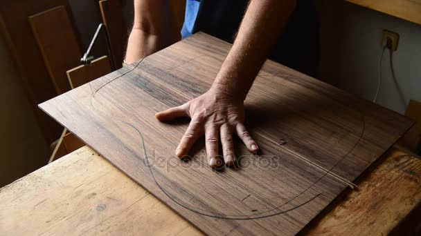 Geliebte Gitarrenbauer Schneiden Mit Einer Säge Holz Mit Der Zeichnung @VT_38