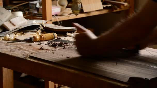 Gitarrenbauer Herstellung ein Musikinstrument Arbeitsplatz mit einem Holz Hobel