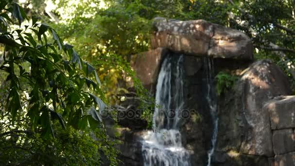 Vízesés a víz fut, mint egy régészeti tönkre egy trópusi környezetben