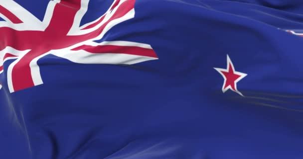 Bandiera della Nuova Zelanda ondeggiante al vento con cielo blu in ciclo lento,