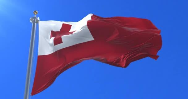 Flagge der Tonga weht im Wind langsam mit blauem Himmel, Schlaufe