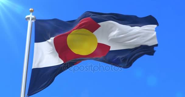 Vlajka státu Colorado, jihovýchodní oblasti Spojených států, mával na větru - smyčka
