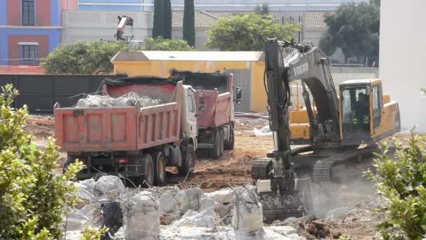 Rypadlo načítání trosky do stavební vůz během demolice budovy