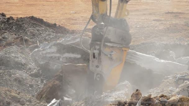 Bagr kladivo práci s trosky v demolici budovy