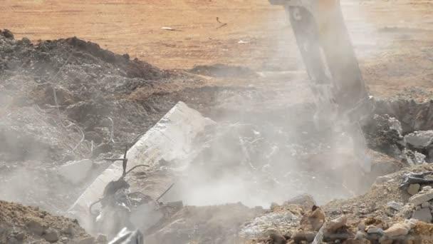 Stavební bagr kladivo v demolici některých budov