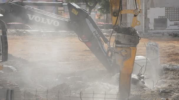 Excavator hammer and excavator in a demolition of a building
