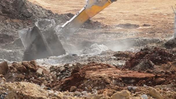 Práce s trosky v demolici budovy ve svahu kladivo