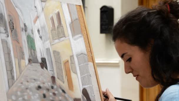 Mince/Malaga/Španělsko - 05 26 2015: Žena Malování obec ulice s domy na plátně
