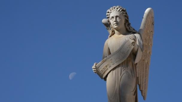 Angyal szobor egy sír a temetőben a Hold az égen