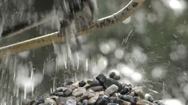 Oblázky a kameny padaly kameny hory v lomu s vodou