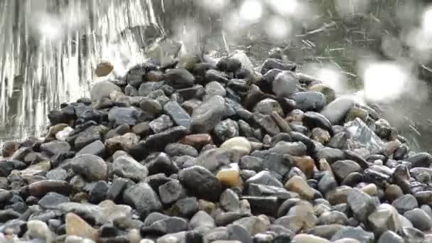 Kavicsok és kövek, elesik a kövek-hegyi kőfejtő