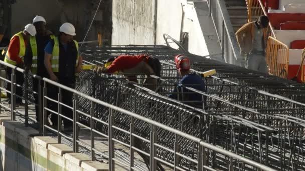 Svařování páječka pracovníků ve struktuře pro stavebnictví