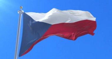 Vlajka České republiky mává na větru s modrou oblohou, smyčka