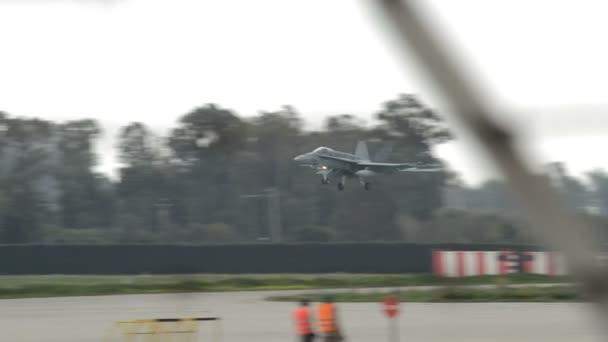 Vojenský stíhací letadla přistávající letišti
