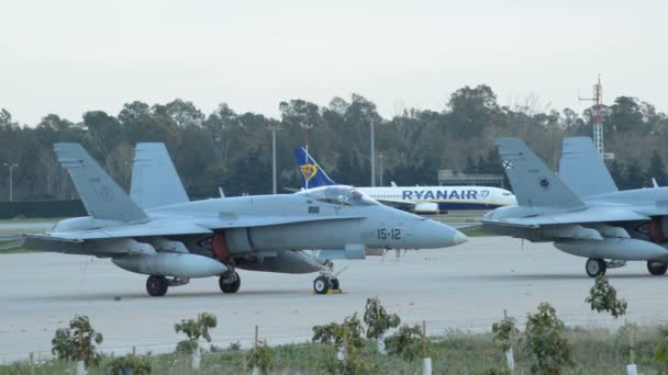 Vojenská stíhací letoun v dráze letiště